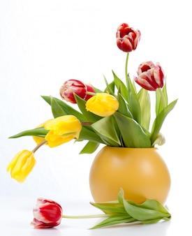 花瓶に色とりどりのチューリップの花束
