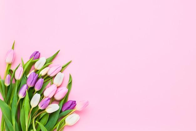 핑크 바탕에 화려한 튤립 꽃다발입니다.