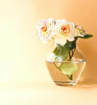 Букет кремово-чайных роз в стеклянной вазе
