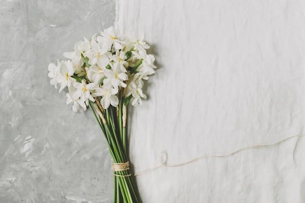 リネンの表面に水仙の花の花束