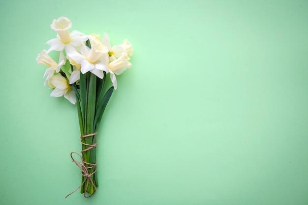 緑の背景に水仙の花束
