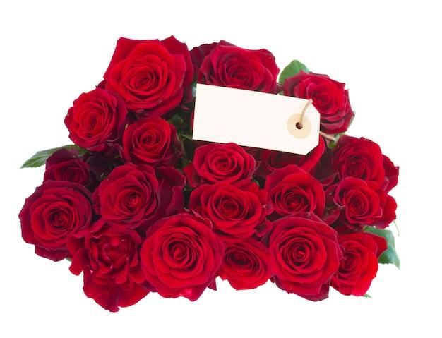タグが分離された濃い赤のバラの花束