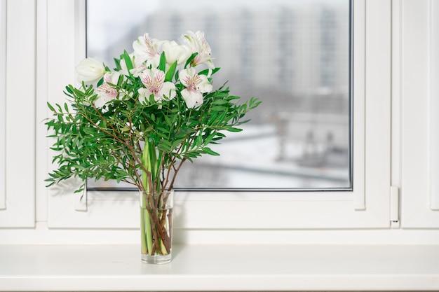 창에 꽃병에 장식 흰 백합 꽃다발