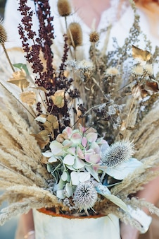 말린 식물, 꽃, 가을 잎의 꽃다발. 꽃 예술 장식입니다.
