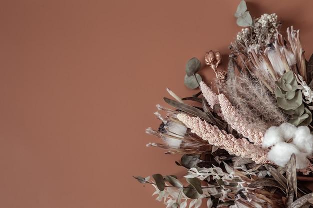 말린 야생화, 목화 및 잎 구성의 꽃다발