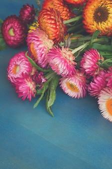 블루 테이블에 영원한 꽃 꽃다발의 꽃다발