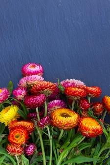 복사 공간 검은 돌에 영원한 꽃 꽃다발의 꽃다발