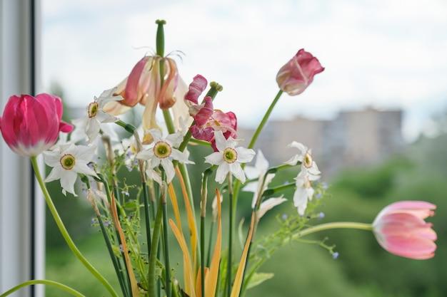 Букет из увядших весенних цветов, тюльпанов и белых нарциссов высох