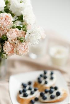 花とテーブルの上の食べ物の花束のクローズアップの抽象化