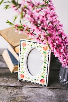コピースペースのある古い木の板に花と古い本の花束。ヴィンテージの装飾。
