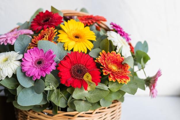 花、カモミール、デイジー、ガーベラ、分離された繊細な夏の花束