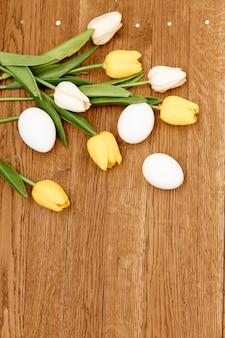 花の花束鶏卵木製の背景