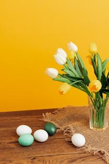 花の花束イースターエッグ装飾休日の伝統。