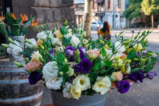 시장에서 거베라, 장미 및 기타 꽃에서 꽃의 꽃다발. 플로라.
