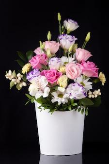 Букет цветов из роз, лизиантусов, ромашек, хризантем