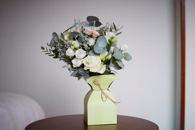 Букет цветов в картонной упаковке.
