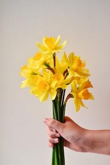 手に花の花束