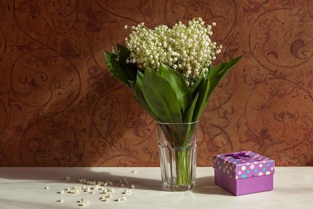 패턴이 있는 어두운 월페이퍼의 배경에 있는 꽃병에 꽃다발