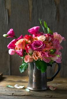 Букет цветов в старой вазе