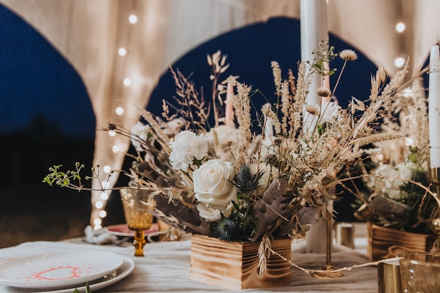 보헤미안 스타일의 꽃 꽃다발은 축제 테이블 말린 꽃 꽃 개념을 장식합니다