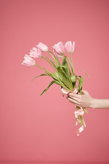 手に花の花束ピンクの贈り物