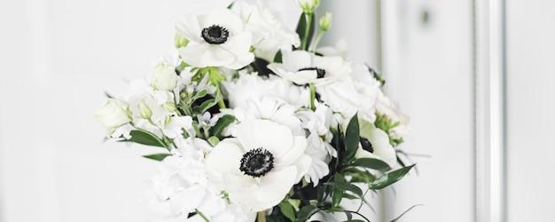 꽃병에 든 꽃다발과 가정 장식 세부 사항 고급스러운 인테리어 디자인 근접 촬영