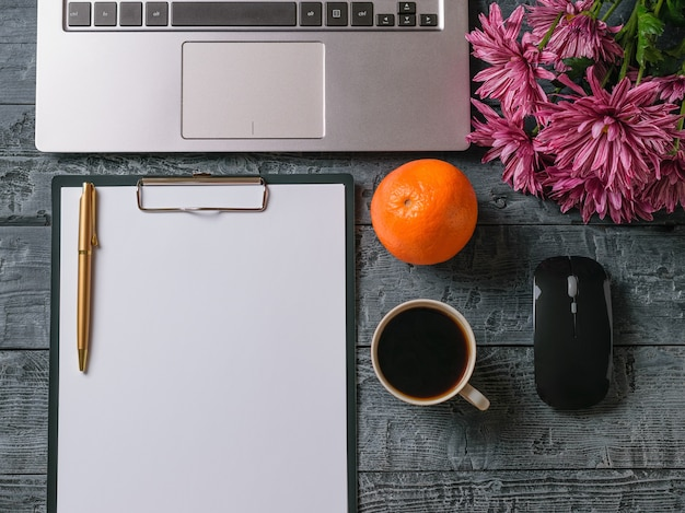 꽃다발 꽃, 노트북, 커피 한잔, 오렌지와 나무 테이블에 펜