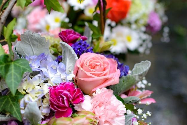 다양한 색상의 꽃다발 아름답고 화려한 꽃다발