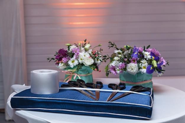 흰색 테이블 바인딩된 활에 꽃의 꽃다발