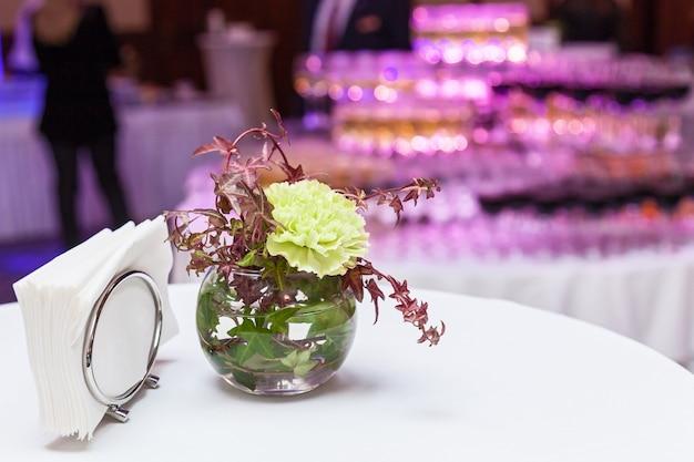 白いテーブルにバインドされた弓に花の花束