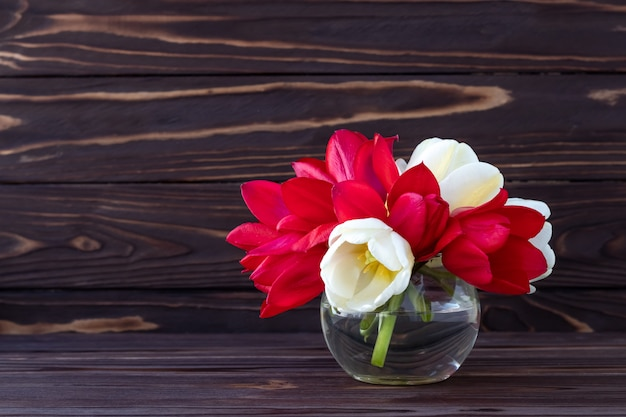 Букет цветов на фоне темных деревянных, романтическая рамка, открытка на праздник.