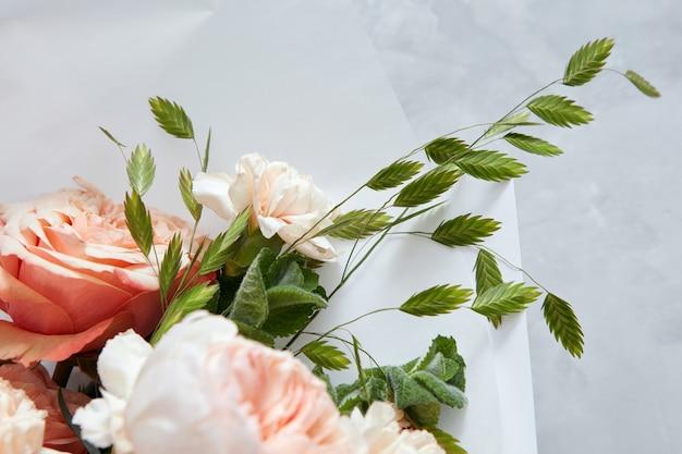 회색 backgound에 꽃의 꽃다발
