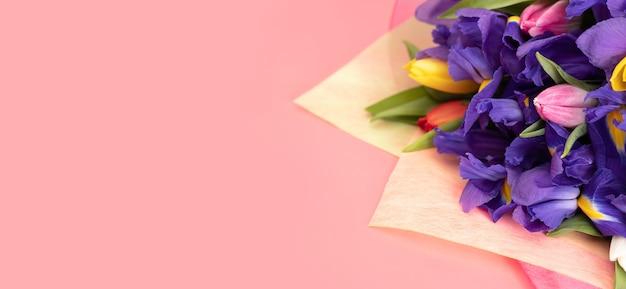 Букет цветов на розовой поверхности с копией пространства