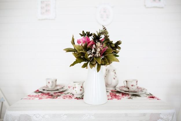 테이블에 꽃의 꽃다발입니다. 흰 배경. 빈티지 스타일.