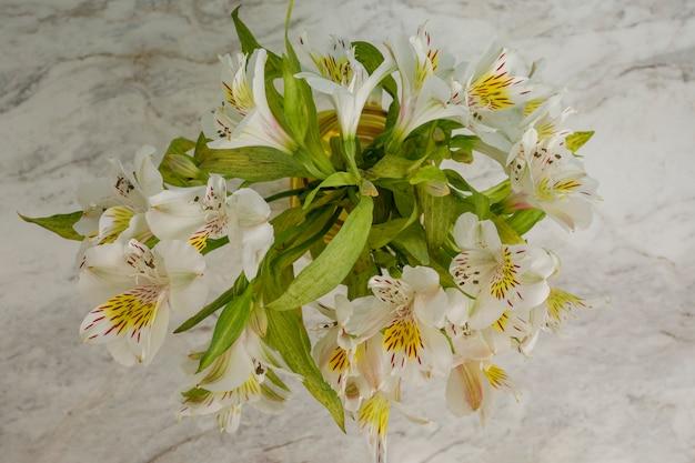 흰색 대리석 테이블 위에서 본 꽃다발