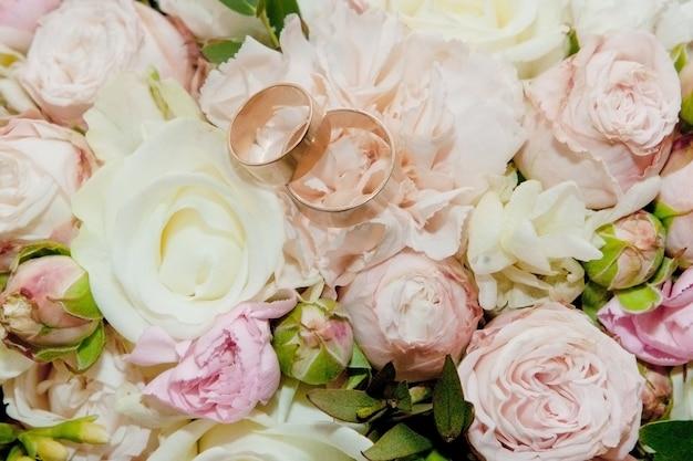 花の花束。花嫁の花束。ブライダルブーケ。フロリスティックス。結婚指輪。さまざまな色のウェディングブーケ。