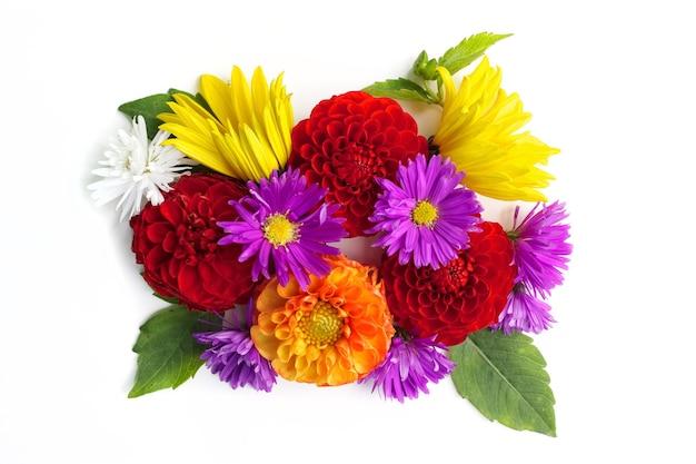 흰색 배경에 고립 된 꽃 상위 뷰의 꽃다발