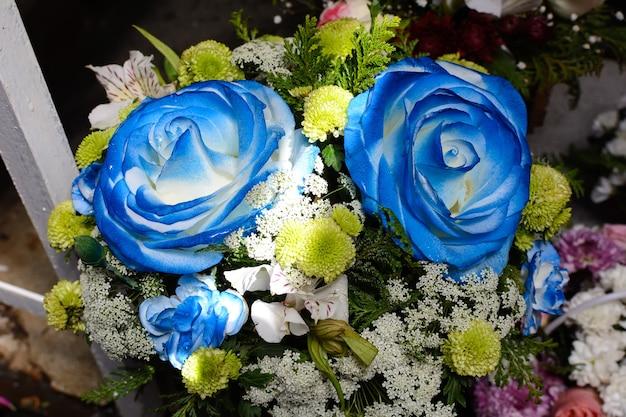 큰 파란 장미와 꽃의 꽃다발