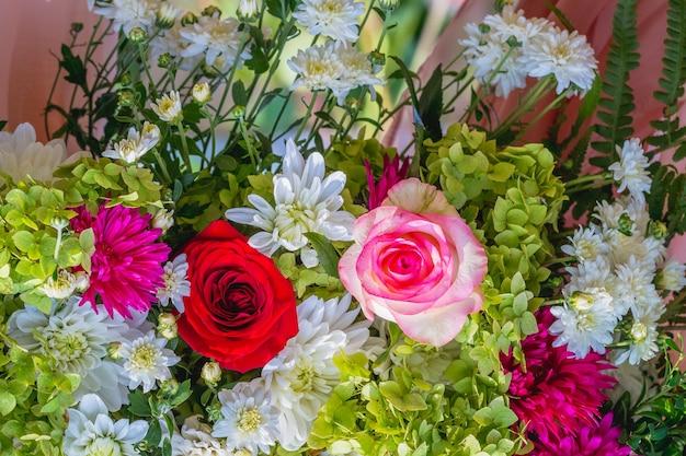 赤とピンクのバラの花の花束_