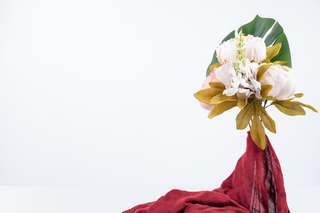 赤い布と花の花束。
