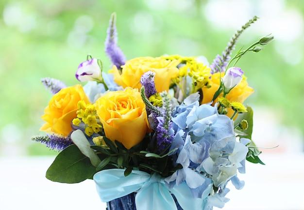 黄色いバラの花の花束。男性のケアの概念。愛を込めた贈り物。美しい野花。