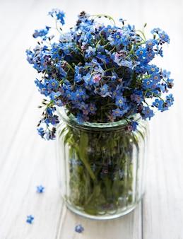 ガラスの花瓶にワスレナグサの花の花束