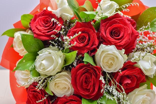 新鮮な明るいバラの花の花束