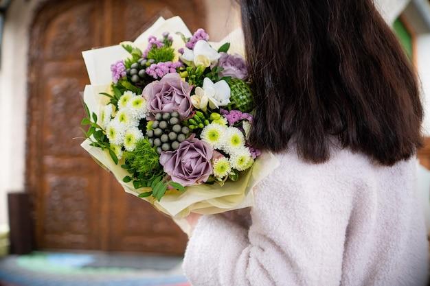흰색 배경 선물 축하 발렌타인 결혼식에 신선한 섬세한 꽃의 꽃다발