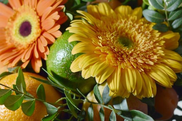 Букет из свежих цветов и фруктов