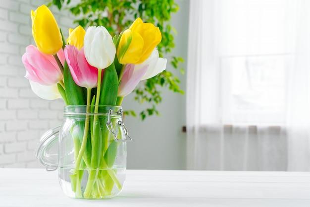 테이블에 신선한 꽃의 꽃다발을 닫습니다.