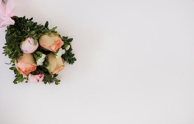 텍스트를 위한 공간이 있는 흰색 배경에 신선한 꽃 꽃다발. 웨딩 부케