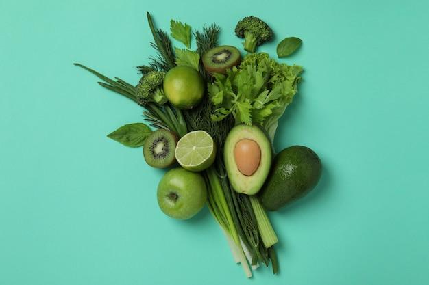ミントの背景に新鮮な緑の野菜の花束