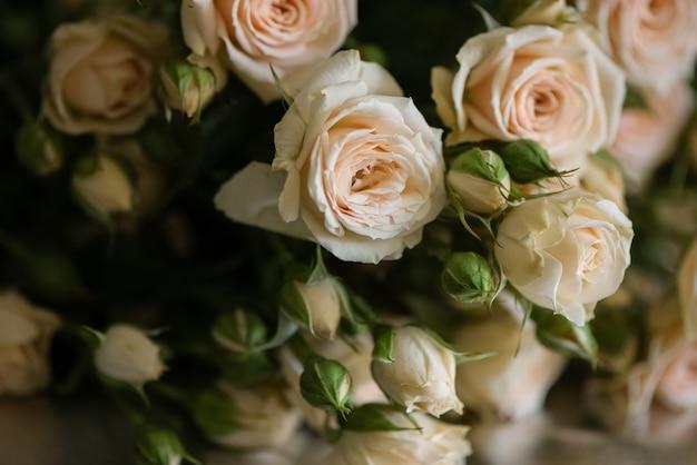 신선한 옅은 분홍색 장미 꽃 표면의 꽃다발