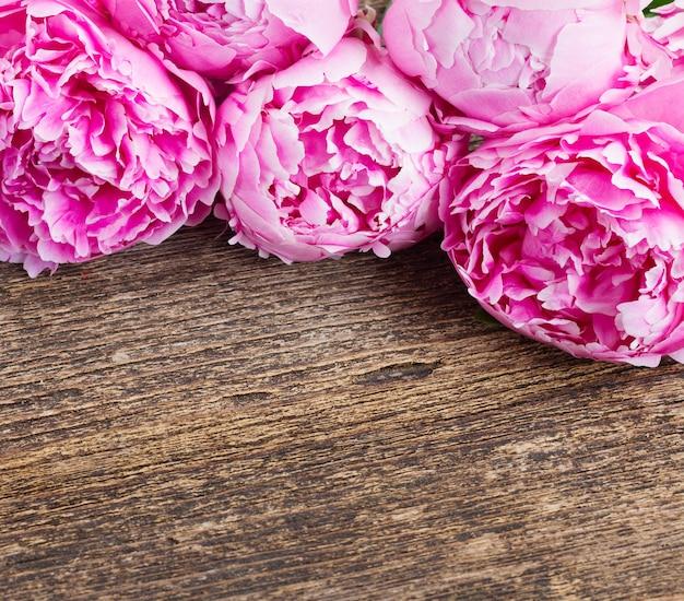 Букет из свежих розовых пионов на деревянном столе с копией пространства